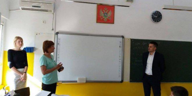 Erste banka poklonila 16 interaktivnih tabli osnovnim školama u Podgorici
